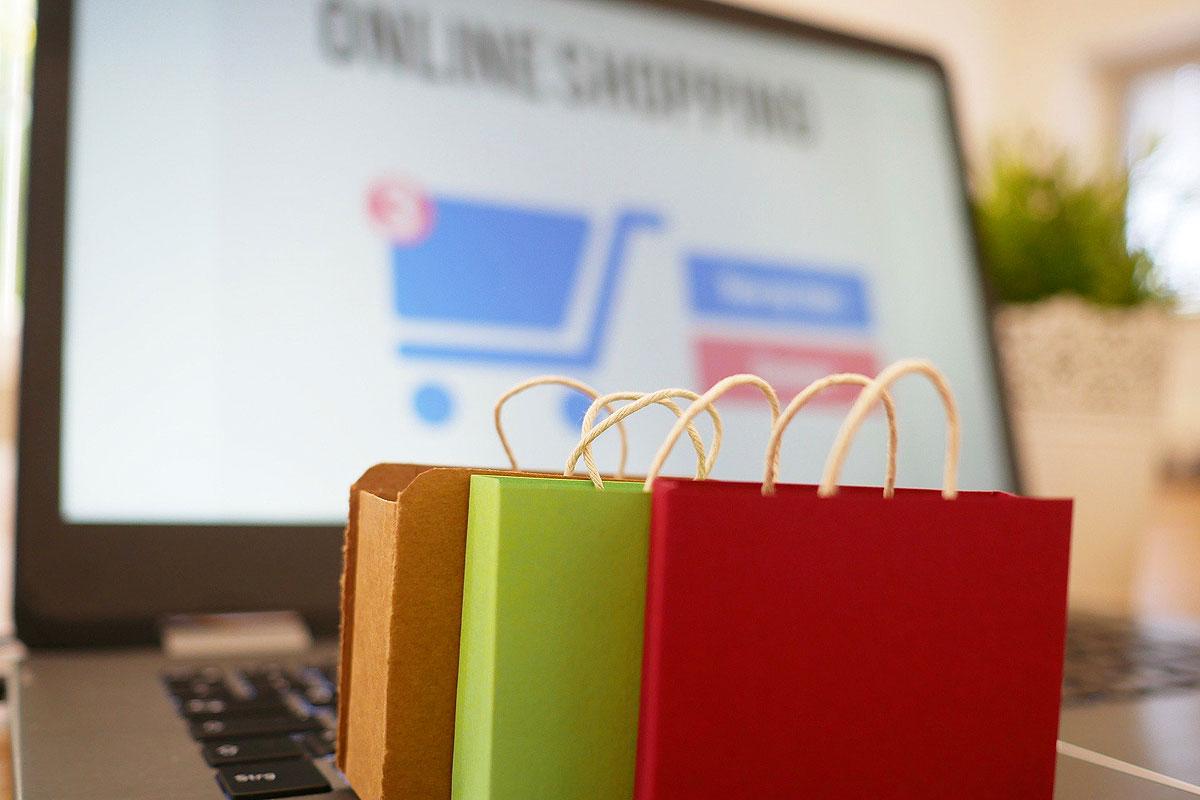 Online-Shop und Einkaufstaschen